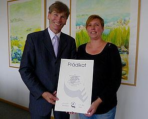 Foto (Universität Paderborn): Präsident Prof. Dr. Nikolaus Risch und Dr. Regina Sprenger vom gleichstellungsbüro der Universität Paderborn freuen sich über die Auszeichnung aus Berlin.