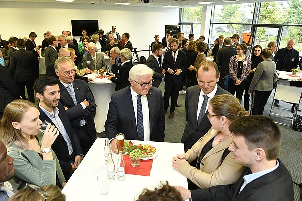 Foto (TH OWL, Dirk Schelpmeier): Bundespräsident Frank-Walter Steinmeier im Gespräch mit Stipendiatinnen und Stipendiaten und Stiftungsvorsitzendem Prof. Dr. Jürgen Krahl