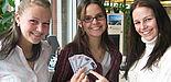 Foto (Ramona Wiesner): Freuen sich über die erweiterten Einsatzmöglichkeiten des neuen Studierendenausweises der Universität Paderborn (v. l.): Kristina Root (Service Center), Mareike Blum und Petra Matic, IBS-Studentinnen.
