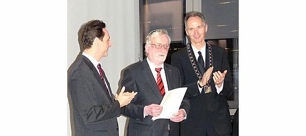 Foto (J. Ohm): von links: Dekan Prof. Dr. Dirk Hartmann, Prof. em. Dr. Dr. h. c. mult. Peter Freese, Rektor Prof. Dr. Ulrich Radtke