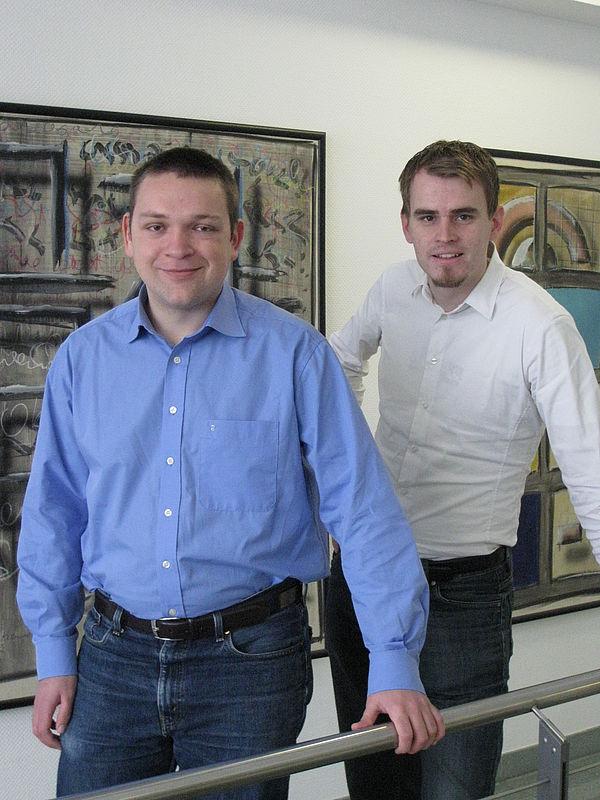 """Foto (Universität Paderborn): Starten gemeinsam das Gründungsvorhaben """"NLocalize"""": Mathias Raacke (li.) und Martin Kleine."""