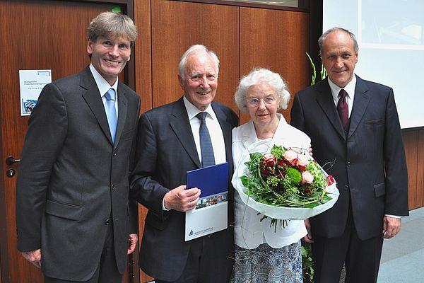Foto (Universität Paderborn, Mark Heinemann): Ehrendoktor: Prof. Dr. sc. techn. Dr. h. c. mult. Alfred Fettweis (2. v. l.), hier mit seiner Frau, erhielt im Rahmen einer Festveranstaltung aus den Händen von Prof. Dr. Franz Josef Rammig (r.) sowie Prof.