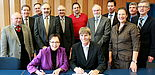 Foto (Universität Paderborn, Vanessa Dreibrodt): Regierungspräsidentin Marianne Thomann-Stahl und Prof. Dr. Nikolaus Risch unterzeichneten die Kooperationsvereinbarung (vordere Reihe v. l.). Darüber freuten sich: Helmut Zumbrock (Bezirksregierung Detmo