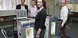 Foto (Heiko Appelbaum): Sandra Bischof und Ralf Niemeier (Uni-Verwaltung, rechts) gingen bei der Messung mit gutem Beispiel voran. Darüber freuen sich im Hintergrund v. l. Dieter Thiele (Leiter des Hochschulsports) und Norbert Blome (Techniker Krankenkas