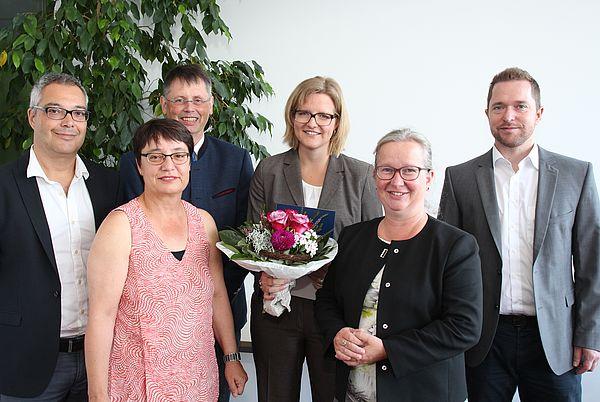 Foto (Universität Paderborn, Vanessa Dreibrodt): Freuten sich über den Forschungspreis für Dr.-Ing. Britta Schramm (m.)