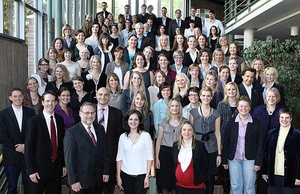 Foto (Adelheid Rutenburges, Universität Paderborn): Der Dekan der Fakultät für Kulturwissenschaften, Prof. Dr. Volker Peckhaus (vorne links), freut sich mit den Absolventinnen und Absolventen des akademischen Jahres 2009/2010.
