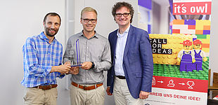 Foto (Universität Paderborn, TecUP), von rechts: Prof. Dr. Rüdiger Kabst zeichnet Ulrich Gerkmann-Bartels und Andreas Koop aus.