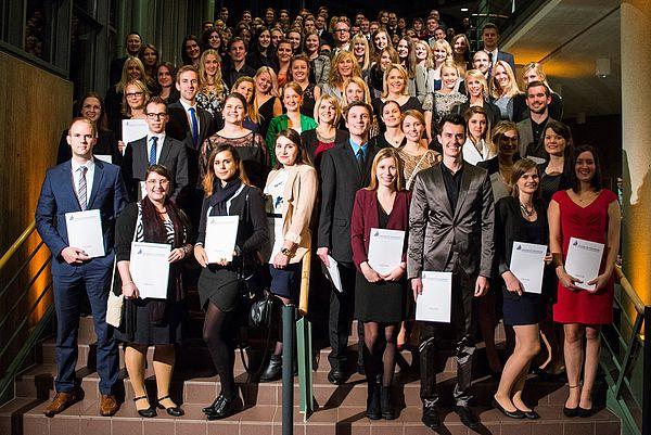 Foto (Universität Paderborn): Gruppe 2 der Absolventinnen und Absolventen am Tag der Wirtschaftswissenschaften 2015