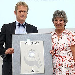 Foto: Lothar Pelz, Ständiger Vertreter des Kanzlers, nahm am 22. Juni im Haus der Bayerischen Wirtschaft in München das Prädikat von Eva Maria Roer, Vorstandsvorsitzende der Initiative TOTAL E-QUALITY e. V., entgegen.