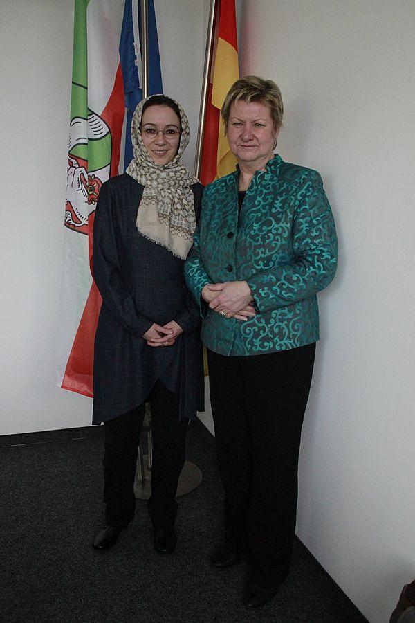 Foto (©MSW NRW/Nina Golombek): Jun.-Prof. Dr. Muna Tatari (links) und NRW-Schulministerin Sylvia Löhrmann.