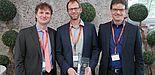 Foto (Universität Paderborn, TecUP): Prof. Dr. Rüdiger Kabst vom Technologietransfer- und Existenzgründungs-Center der Universität Paderborn, TecUP, (l.) überreichte die Auszeichnung an Christian Bartling (m.) und Hubertus Bergmann (r.).
