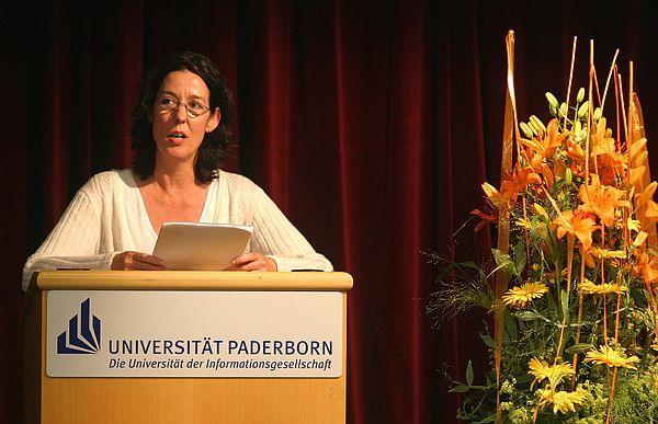 """Foto (Stefan Freundlieb): Die Schriftstellerin und Regisseurin Judith Kuckart erhielt den mit 8.000 Euro dotierten """"Margarete Schrader-Preis"""" der Universität Paderborn."""