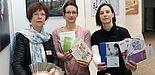 Foto (Universität Paderborn, Heiko Appelbaum): Hildegard Harmeier, Sandra Bischof und Dr. Yvonne Koch (v. l.) werben vor einer Bilderausstellung für einen offensiven Umgang mit der Depression.