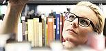 Foto: Studentin in der Fachbibliothek Kunst- und Medienwissenschaften