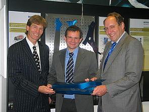 Foto: Die Benteler AG wird - neben dem verstärkten Ausbau der eigenen Entwicklungskompetenz - die Zusammenarbeit mit der Universität Paderborn, insbesondere mit der Fakultät für Maschinenbau, erheblich intensivieren. Aus diesem Grund hat sich die Unte