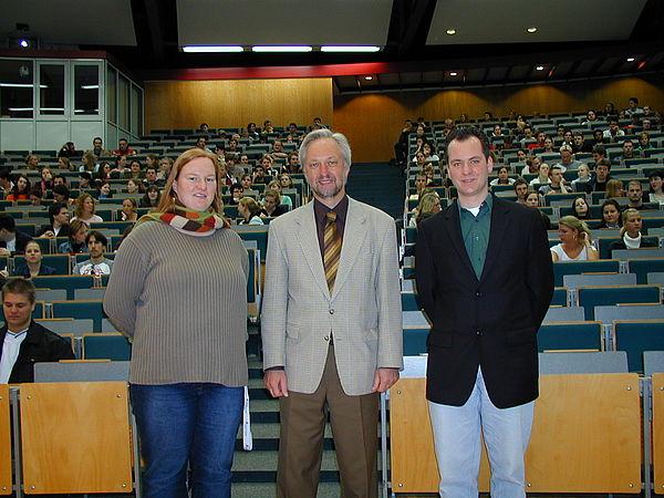 Foto (Christian Hüls) (v. li.): Begrüßten im Audimax die neuen Studierenden: Christiane Schmidt, AStA-Referentin für Hochschulpolitik, Prorektor Prof. Dr. Wilhelm Schäfer und AStA-Vorsitzender David Hamme