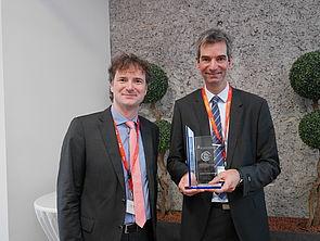 Foto (Universität Paderborn, TecUP): Prof. Dr. Rüdiger Kabst (l.) überreichte die Auszeichnung an den Gründer Thorsten Frank.