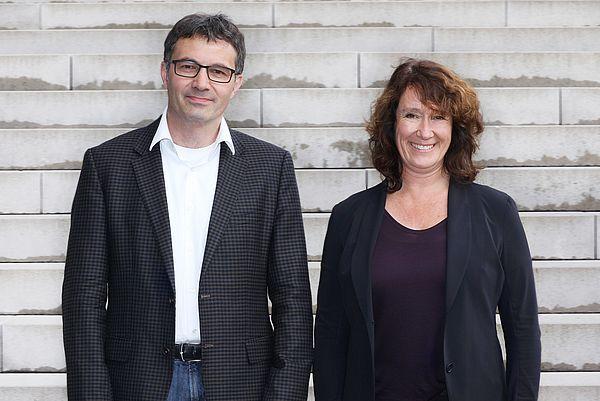 Foto (Universität Paderborn, Adelheid Rutenburges): Der ehemalige Dekan Prof. Dr. Martin Schneider und seine Nachfolgerin Dekanin Prof. Dr. Sureth-Sloane.