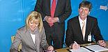 Foto (v. li.): Barbara Fischer (Chief Financial Officer, Corporate Technology), Dr. Reinhold Achatz und Prof. Dr. Nikolaus Risch unterzeichnen den Rahmenvertrag.