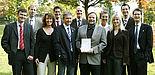 Foto (Adelheid Rutenburges): Mit dem Dekan der Fakultät für Wirtschaftswissenschaften, Prof. Dr. Peter F. E. Sloane (3. v. r.), freuen sich über die gute Positionierung im BWL-Forschungsranking Prof. Dr. Caren Sureth (2. v. l.) als Forschungsdekanin de