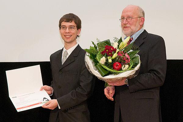 Foto (Robert Timmermann): Prof. Dr. Hans Kleine Büning gratuliert Philipp Wendler zum diesjährigen NRW Young Scientist Award.