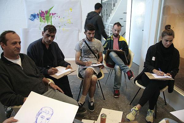 Foto (Universität Paderborn, Fach Kunst): Kennenlernen beim gegenseitigen Zeichnen.