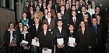 Foto (Heiko Appelbaum): Freuten sich über ihren erfolgreichen Studienabschluss: Die Absolventinnen und Absolventen der Fakultät für Naturwissenschaften der Uni Paderborn im Audimax bei der Abschlussfeier.