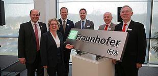 Foto (Michael Adamski): Eröffnen das erste Fraunhofer-Institut in OWL: Prof. Ansgar Trächtler (Leiter Fraunhofer IEM), Svenja Schulze (NRW-Wissenschaftsministerin), Dr. Raoul Klingner (Direktor Forschung der Fraunhofer-Gesellschaft), Prof. Eric Bodden (