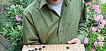 Foto (Katharina Bätz): Lars Schäfers zeigt eine Spielsituation auf einem Go-Brett.