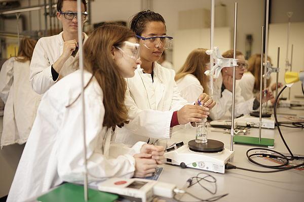 Foto (Universität Paderborn): Wie die Profis: Unter fachgerechter Anleitung durften die Teilnehmerinnen der Herbst-Uni im Chemielabor selbst experimentierten.