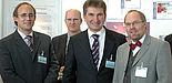 Foto (Anette Stöber, Multimedia Kontor Hamburg): Innovationsminister Prof. Dr. Andreas Pinkwart (2. v. re.) lässt sich am Locomotion-Stand die Paderborner Entwicklungen erklären (v. l.): Prof. Dr. Thorsten Hampel, Andreas Brennecke und Prof. Dr. Reinha