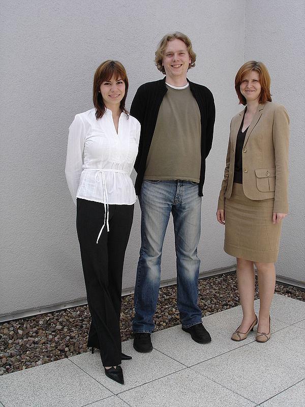 Foto: Bereits aktiv an ihren Promotionsarbeiten im Department Physik: Master of Science Marina Panfilova, Bernd Ahrens und Elena Tschumak (v. l.).