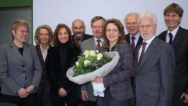 Der Hochschulrat und die Universitätsleitung freuten sich mit der Preisträgerin (4. v. r.) über die höchste nationale Auszeichnung im Wissenschaftsbereich (v. l.): Prof. Dr. Leena Suhl, Prof. Dr. Gertrud Höhler, Prof. Dr. Jutta Langenbacher-Liebgott,