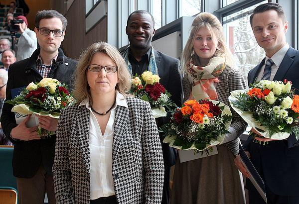 Foto (Universität Paderborn, Nina Reckendorf): (v. l. n. r.) Dr. Christian Wiebeler, Prof. Dr. Christine Silberhorn, Dr. Yanick Kemayou, Dr. Leonie Süwolto und  Dr.-Ing. Andre Riemer.