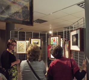 Foto: Anastasia Buller spricht mit Besucherinnen über ihre Bilder (Foto: Annika Becker).