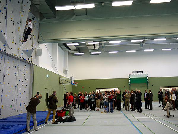 Foto (Heike Probst): Präsident Prof. Dr. Nikolaus Risch testete erfolgreich die neue Kletterwand unter den Augen der begeisterten Gäste.