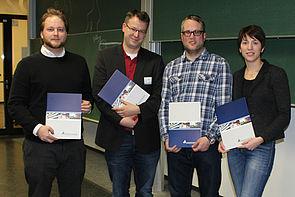 Foto (Universität Paderborn, Ricarda Michels): Es erhielten Zertifikate für professionelle Lehrkompetenz (v. l.): Markus Wahle, Dr. Martin Dröge, Jens Weber und Julia Hirsch. Es fehlte Dr. Tobias Weich.