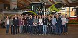 Foto (CLAAS KGaA mbH): Zusammen mit seiner Wirtschaftsinformatik-Kollegin Prof Dr. Leena Suhl (vorne, 2. v. l.) begleitete Prof. Dr. Joachim Fischer (vorne, 2. v. r.) die Studierenden beim Besuch des Unternehmens CLAAS in Harsewinkel. Der Aufenthalt bei C