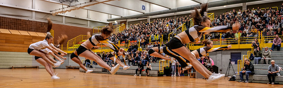 Acrobatics by cheerleaders of Paderborn Hornets Lacrosse e. V. to get into the right mood.
