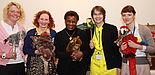 Foto (Wolfgang Lahr): Überreichung des Koffers: Johanna Tewes (Wissenschaftliche Mitarbeiterin, Kunst), Prof. Dr. Jutta Ströter-Bender (Kunst), Odette YAO YAO (Botschafterin der Ständigen Vertretung der Elfenbeinküste bei der UNESCO), Martina Nibbelin