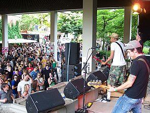 Foto (Mark Heinemann): Rock auf dem Campus: Auch auf der Bühne vor dem A-Gebäude ging es mit guter und besonders lauter Rockmusik richtig ab.
