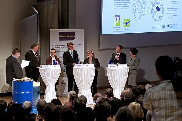 Foto (Jan Braun, HNF): Vorstellung des zdi-Schülerlabors mit NRW-Innovationsministerin Svenja Schulze (3. v. r.) und Prof. Dr. Nikolaus Risch, Präsident der Universität Paderborn (4. v. r.).