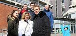 Foto (Universität Paderborn, Alexandra Dickhoff): Als Überraschung zum Geburtstag gab's eine Campus-Tour für Informatik-Alumnus Martin Funke (hinten links) und seine Kommilitonen.