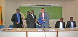 Foto (UCAC): Nach der Unterzeichnung des Vertrags durch den Rektor der Katholischen Universität Zentralafrikas. Von links im Vordergrund: Dekan der Fakultät für Sozialwissenschaften und Betriebswirtschaftslehre Pater Dr. Abel Beranger N'Djomon, Rekto