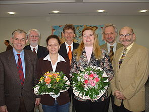 Foto: Dr. Agnes Szabone Varnai (3. v. li.) und Sonja Herres-Pawlis erhielten Postdoc-Stipendien vom Rektorat der Universität Paderborn v. li.): Prorektor Prof. Dr. Jörg Jarnut, Prorektor Prof. Dr. Bernard Michael Gilroy, Rektor Prof. Dr. Nikolaus Risch,