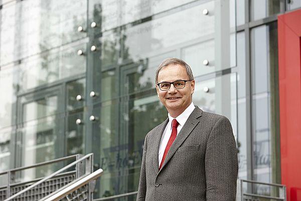 Foto (Universität Paderborn, CeOPP): Prof. Dr. Artur Zrenner, Sprecher des Departments Physik, des Center of Optoelectronics and Photonics (CeOPP) und des Sonderforschungsbereiches Transregio 142, macht das Publikum mit den vielen Facetten des Themas Lic