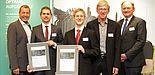 Foto: Freude beim und über den akademischen Nachwuchs: Westfalen Weser Energie vergibt Energy Award 2016 für Forschungen im Bereich Energieeffizienz/Erneuerbare Energie (v. l.): Klaus Meyer, Energie Impuls OWL und Juryvorsitzender, Daniel Weber, Sören