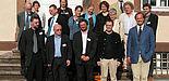 Foto (Christian Frankenfeld): Prof. Dr. Michael Hofmann (1. Reihe, Mitte) mit den Referentinnen und Referenten der Tagung auf Schloss Corvey; vorne rechts der Hausherr und Gastgeber in Corvey, Viktor Erbprinz von Ratibor und Corvey