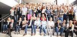 """Foto (Reinhard Schwarz): 120 Studierende, """"Alte Profis"""" und Vertreter caritativer Organisationen stellten am 23.7.2015 unter der Moderation von JProf. Dr. Karl-Heinz Gerholz (1. Reihe, 5. von links, links daneben Mitarbeiterin Verena Liszt) die Ergebn"""