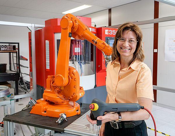 "Foto (Universität Paderborn, Johannes Pauly): Prof. Dr.- Ing. Iris Gräßler im ""Smart Automation Laboratory"" der Universität Paderborn."